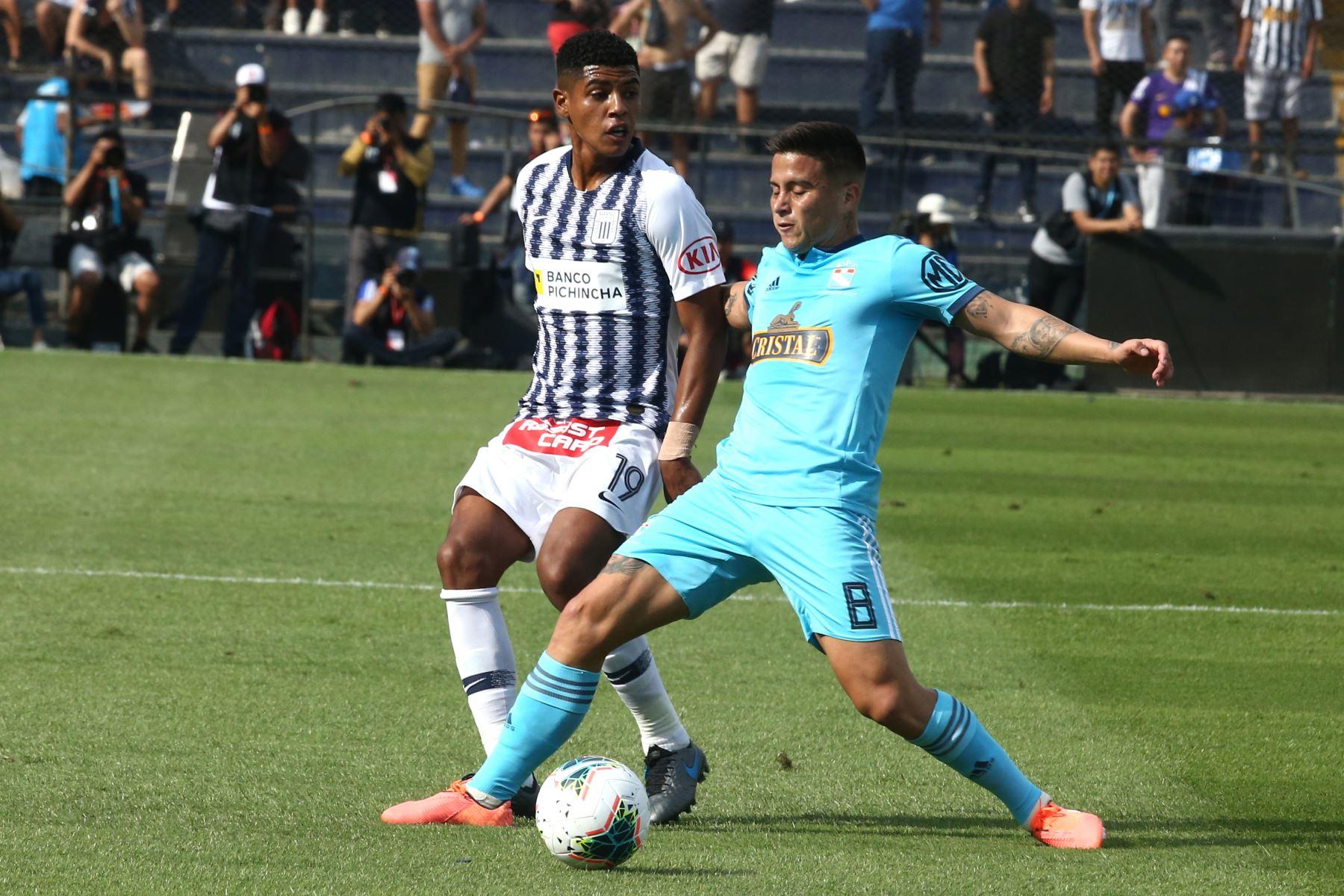Wilder Cartagena  de  Alianza Lima disputa el balón ante Cristian Ortiz de Cristal en el partido de ida por la semifinal del play off de la Liga 1. Foto: ANDINA/Vidal Tarqui