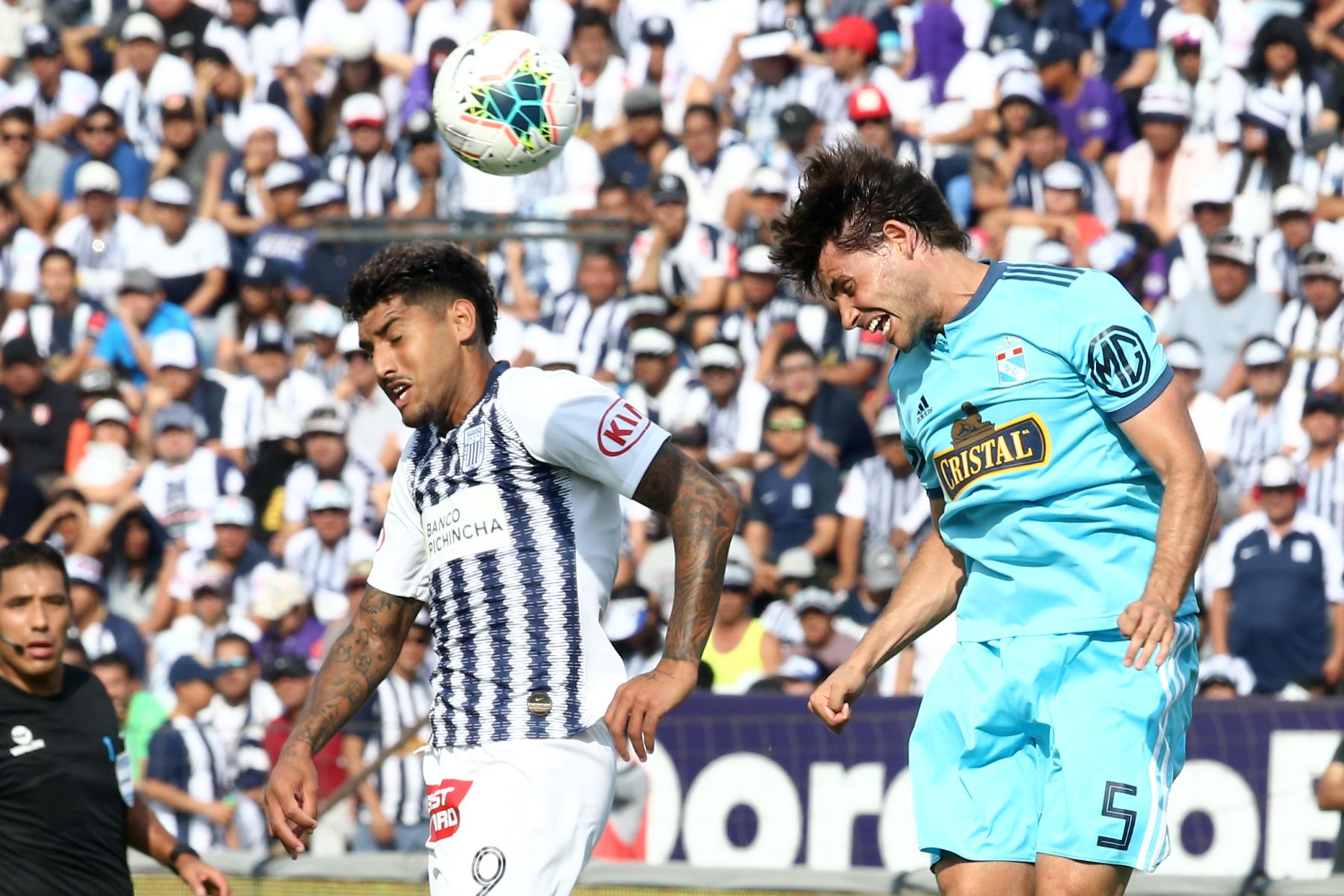 Adrian Balboa de  Alianza Lima disputa el balón ante Omar Merlo de Cristal en el partido de ida por la semifinal del play off de la Liga 1. Foto: ANDINA/Vidal Tarqui