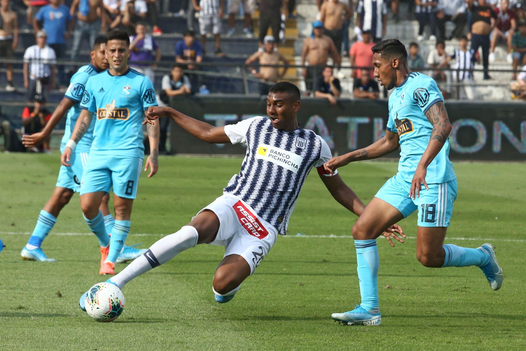 Aldair Fuentes de  Alianza Lima disputa el balón ante Cristofer Gonzales  de Cristal en el partido de ida por la semifinal del play off de la Liga 1. Foto: ANDINA/Vidal Tarqui