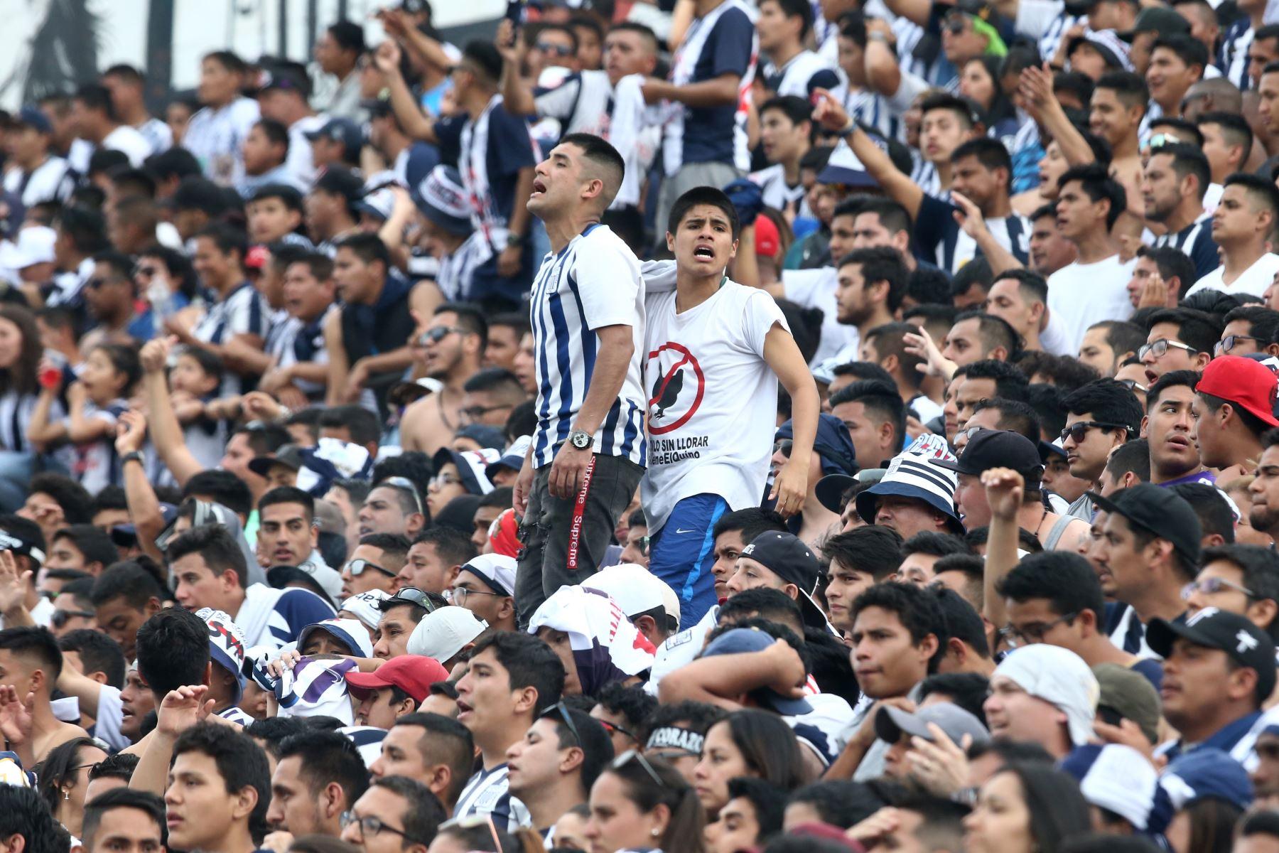 Hinchada de Alianza Lima alienta a su equipo en el estadio Alejandro Villanueva, en el partido de ida por la semifinal del play off de la Liga 1. Foto: ANDINA/Vidal Tarqui