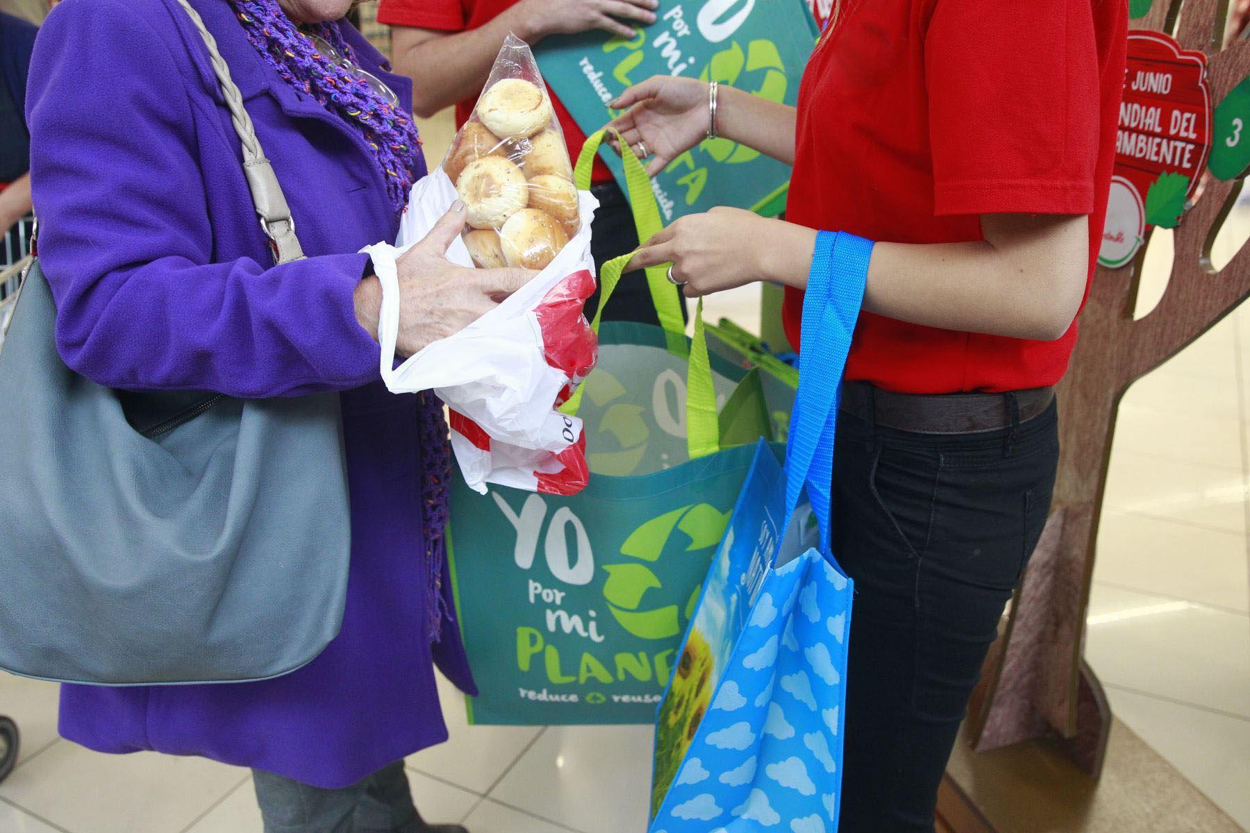 Tributo ecológico redujo en 30 % el consumo de bolsas plásticas en el Perú.