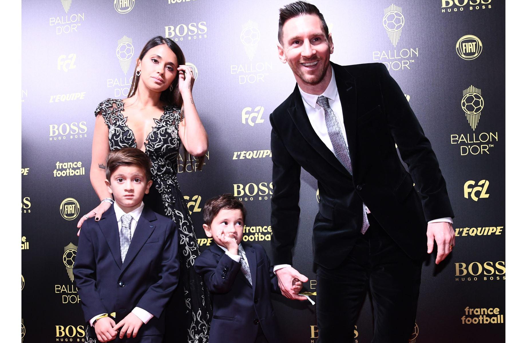 El delantero argentino del Barcelona Lionel Messi y su esposa Antonella Roccuzzo y sus hijos Thiago y Mateo llegan para asistir a la ceremonia del Balón de Oro en París. Foto: AFP