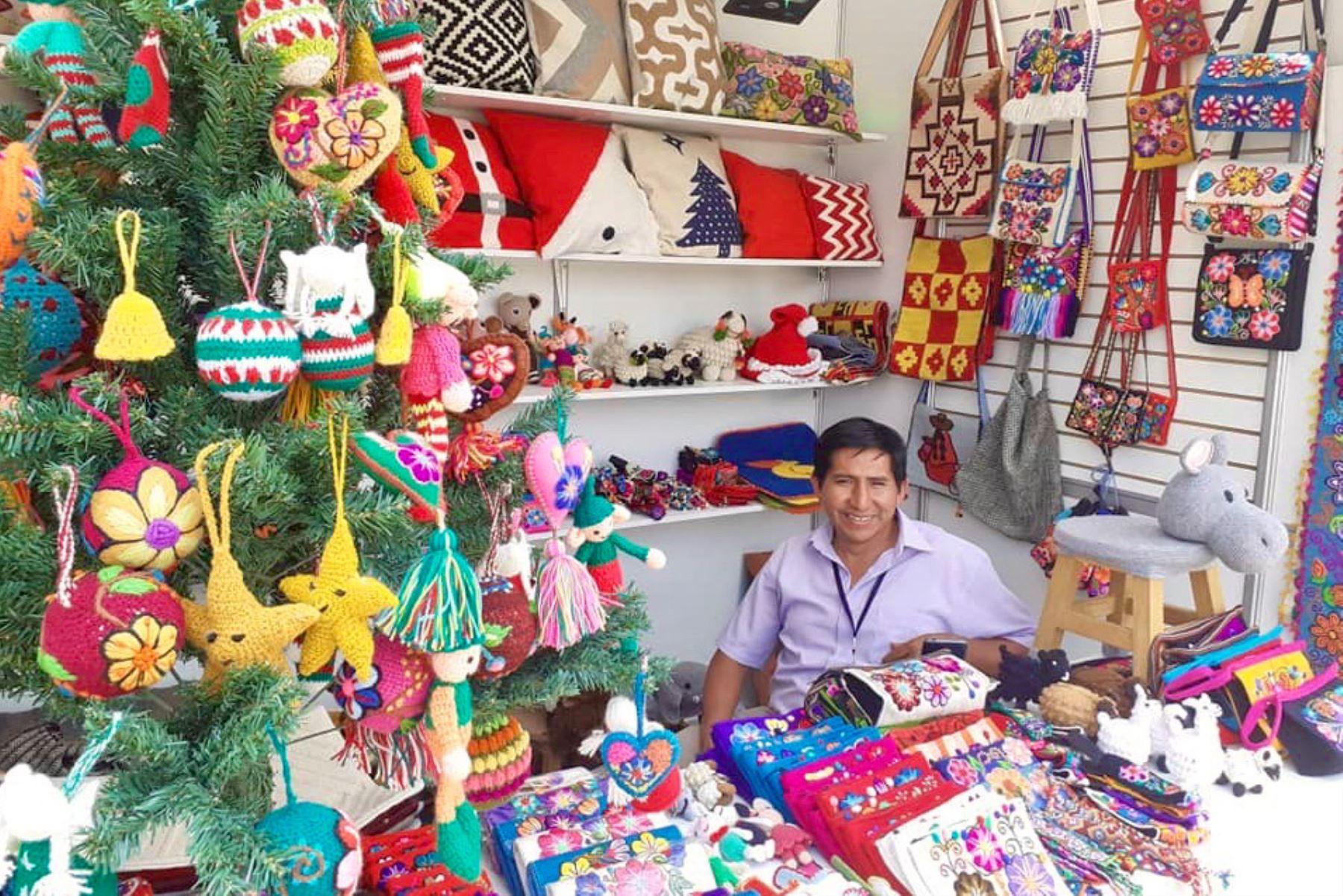 """Bellas artesanías para regalar se pueden encontrar en feria """"De nuestras manos Navidad"""". Foto: Andina/Difusión"""