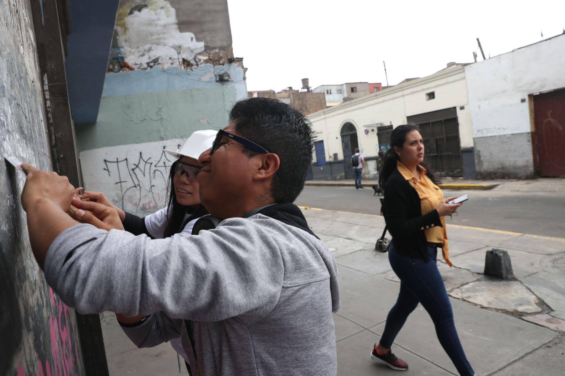 Voluntarios trabajan en el operativo de limpieza y salud pública que realiza la Municipalidad de Lima en Jr.  Quilca. Foto: ANDINA/Melina Mejía