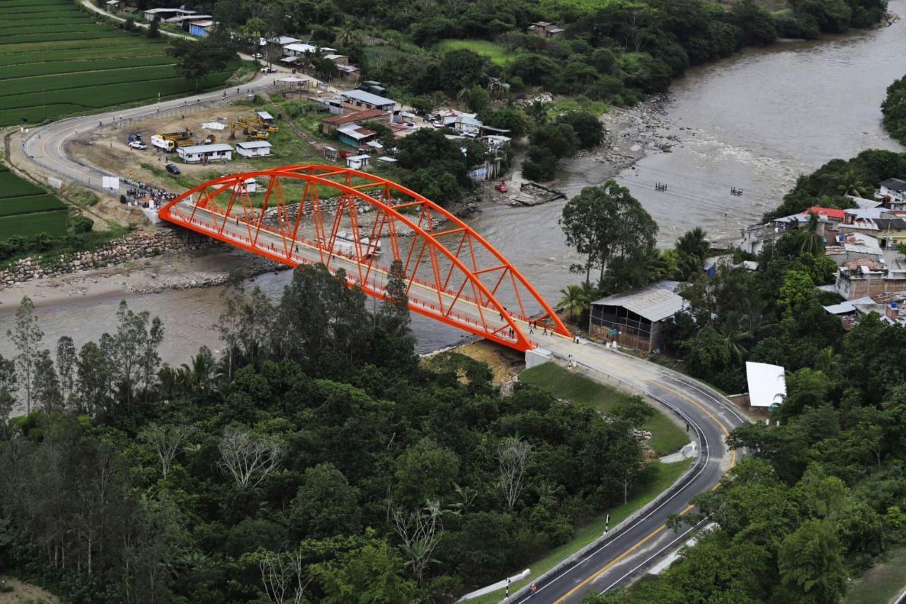 El puente Chinchipe beneficiará a más de 18 mil habitantes del distrito de San José de Lourdes, quienes se dedican a la agricultura y ganadería, le permitirá que los ciudadanos ahorren tiempo y dinero, se trasladen en condiciones seguras, y se impulse la competitividad de los negocios locales. Foto: ANDINA/ Prensa Presidencia