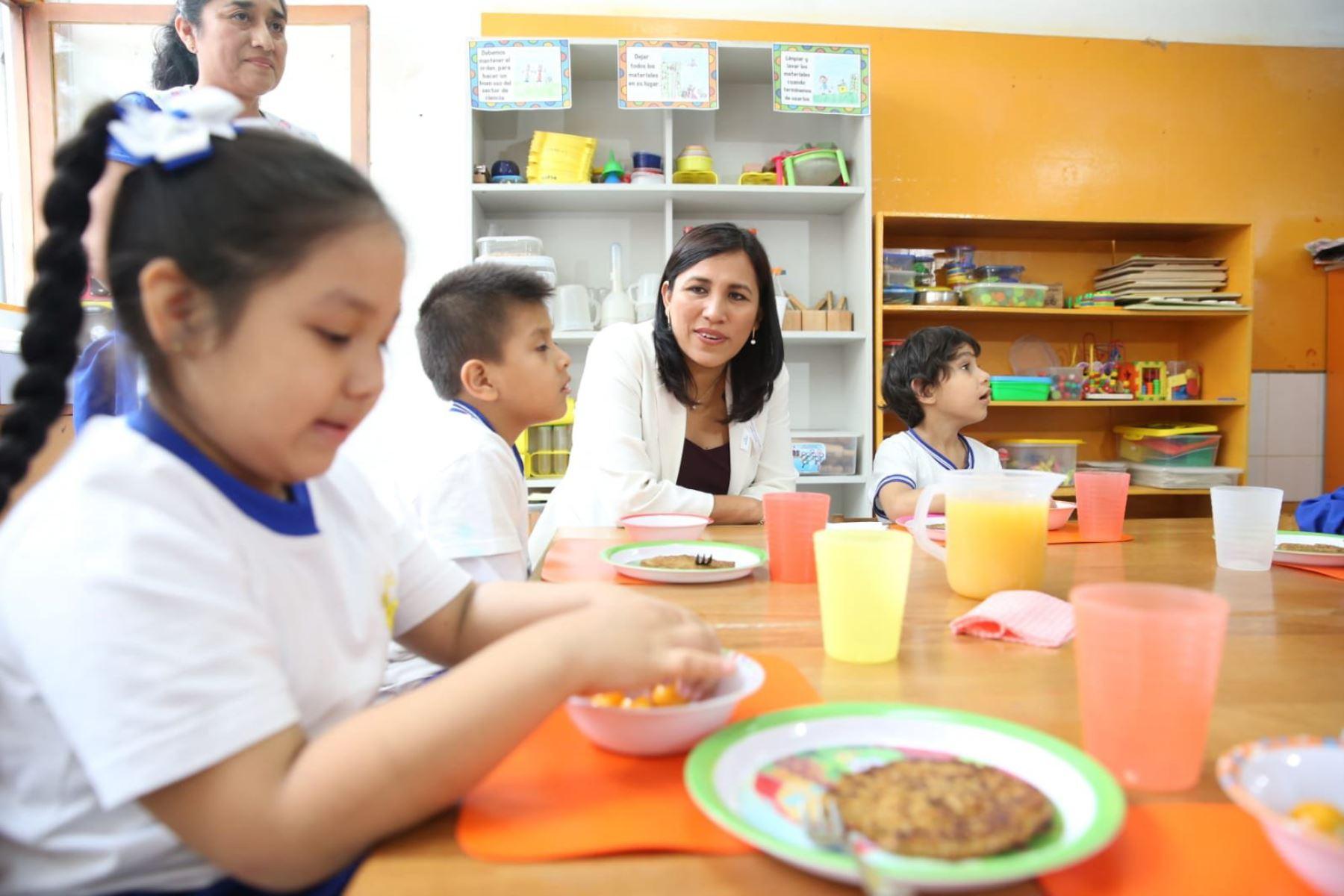 La titular de Educación visitó el colegio inicial 87 Los Próceres (Surco), donde los estudiantes crearon un biohuerto en el que se siembran alimentos saludables. Foto: Minedu
