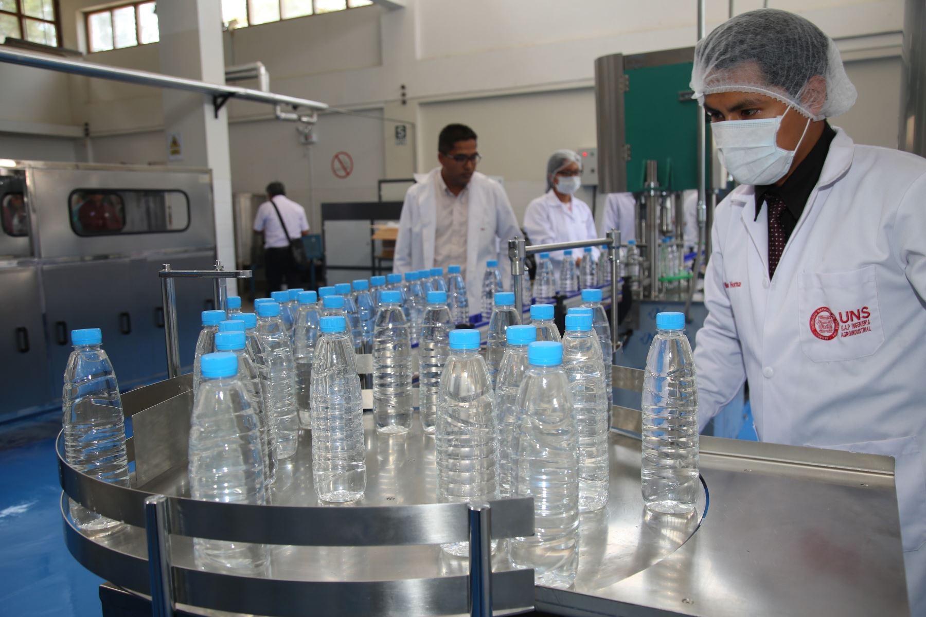 En la planta piloto de la Escuela de Ingeniería Agroindustrial de la UNS se instalaron equipos para purificar el agua de consumo humano.