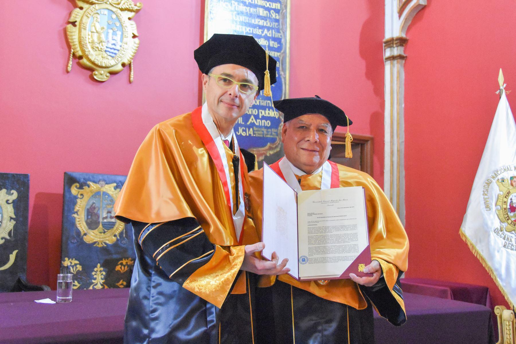 El rector de la Universidad de Salamanca, Ricardo Rivero Ortega (izq.), fue distinguido por San Marcos con el doctorado honoris causa.