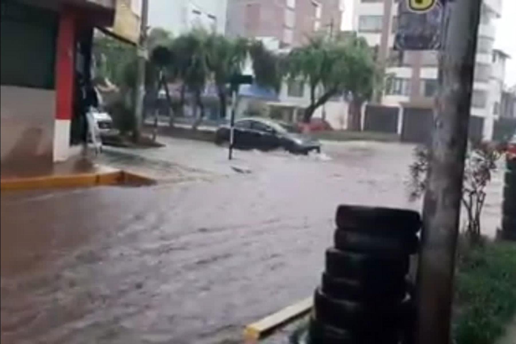 Lluvias torrenciales han convertido las calles de la ciudad del Cusco en ríos y las alcantarillas han colapsado.
