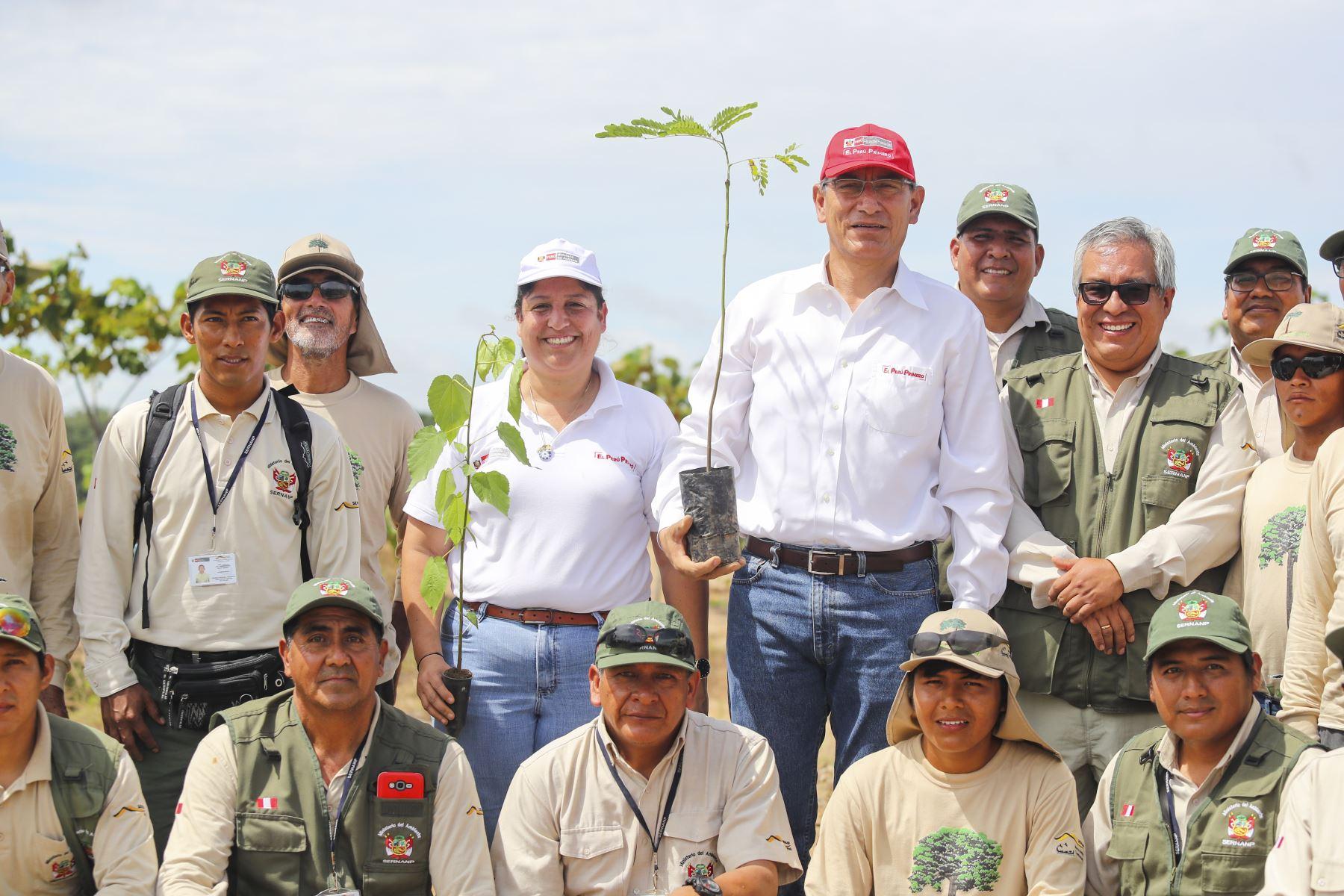 El presidente Martín Vizcarra, supervisó los trabajos de recuperación forestal en la Reserva Nacional Tambopata afectados por la minería ilegal.Foto: ANDINA/ Prensa Presidencia