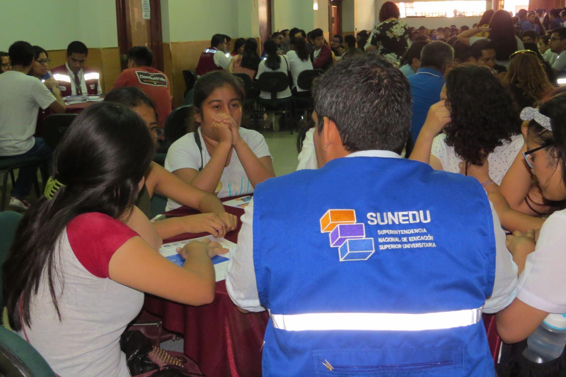 La Sunedu conformó mesas de trabajo en Chimbote para absolver las dudas de los estudiantes sobre proceso de cierre de la Universidad San Pedro.