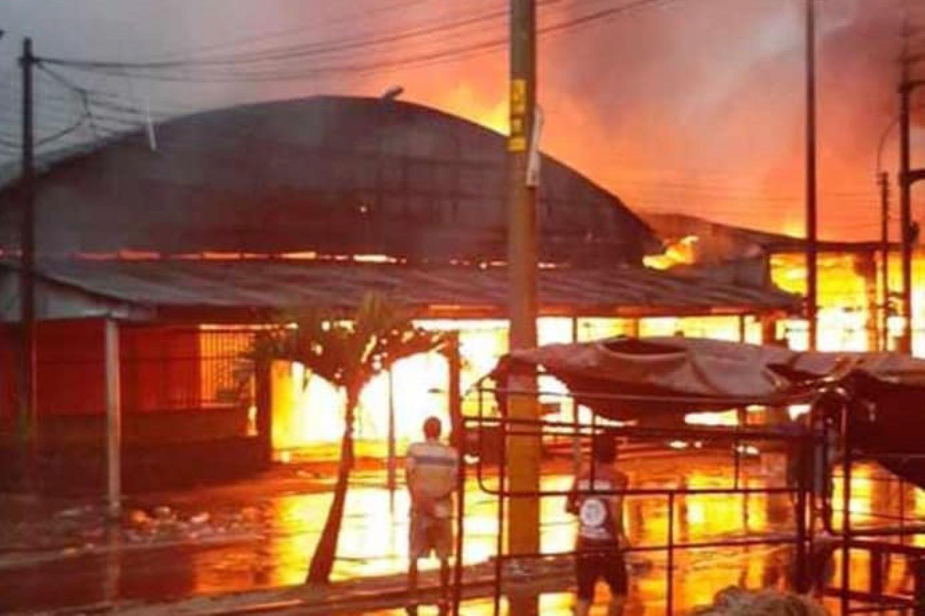 Incendio consume centro comercial en Iquitos. Foto: William García/Facebook