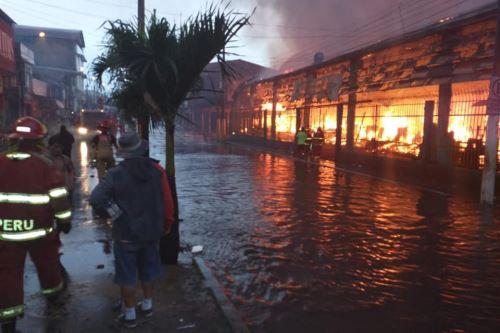 Incendio consume centro comercial en Iquitos. Foto: Cortesía: Lo que esta pasando en Iquitos/Facebook