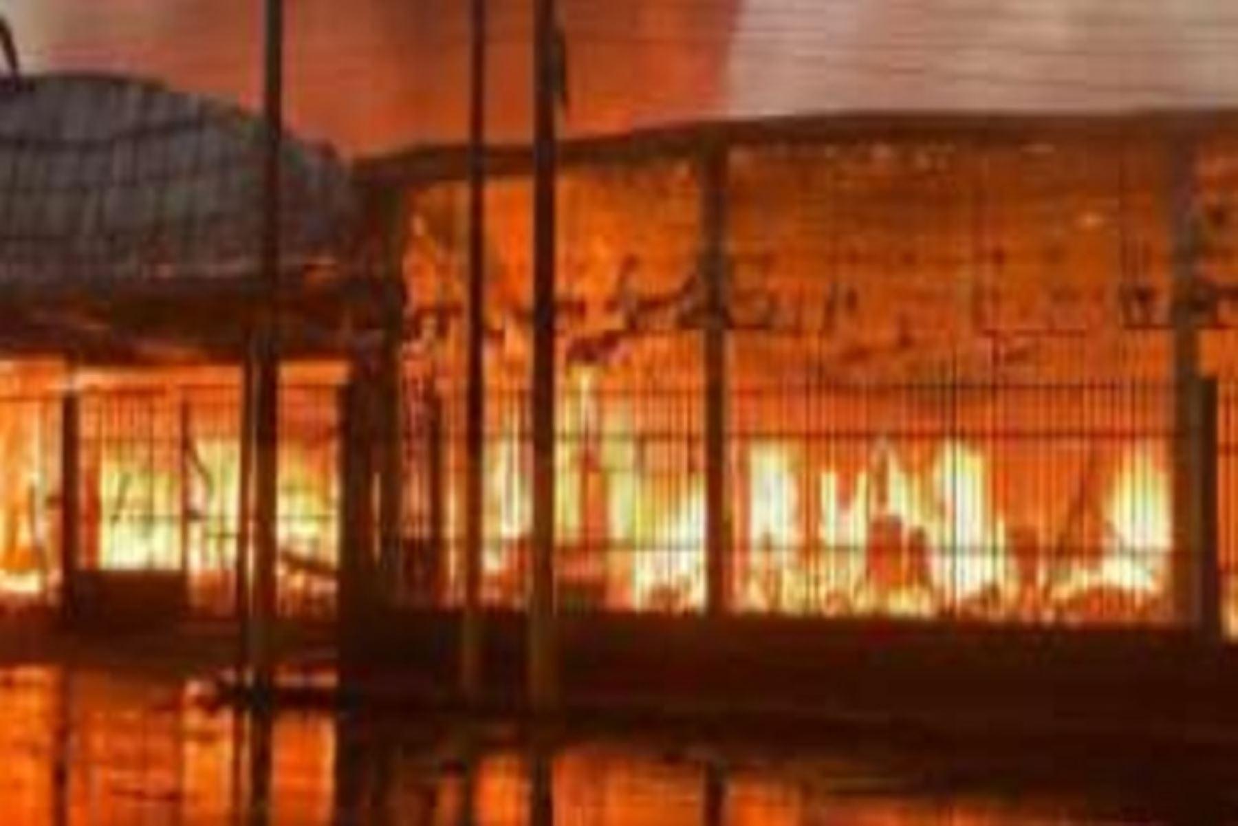 Incendio en centro comercial de Iquitos dejó 3 heridos y dañó un templo