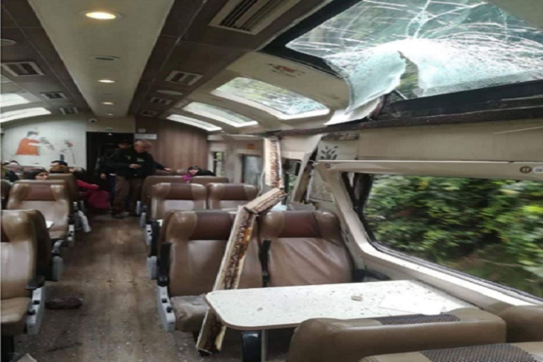 La piedra que se desprendió por el debilitamiento, a causa de las intensas lluvias que registran en la región, generó daños estructurales de consideración en el vagón, lo que obligó a que pase a mantenimiento. En  en tanto, los visitantes a bordo de otro tren llegaron a su destino.