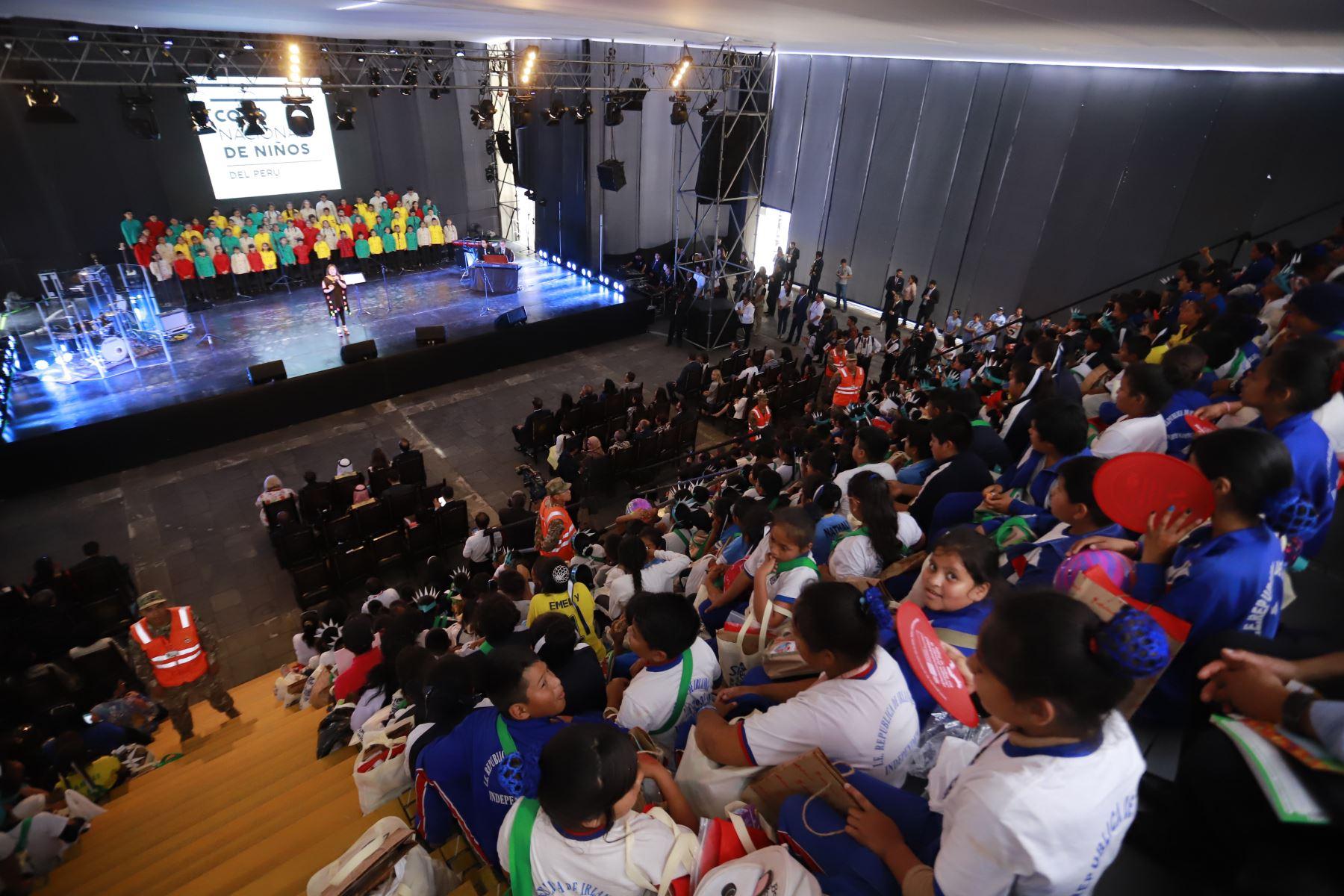 """El presidente Martín Vizcarra participó en la Feria multisectorial """"Mundo de ilusiones"""", iniciativa que promueve cultura, conocimiento y el desarrollo de valores. Foto :ANDINA/Prensa Presidencia"""
