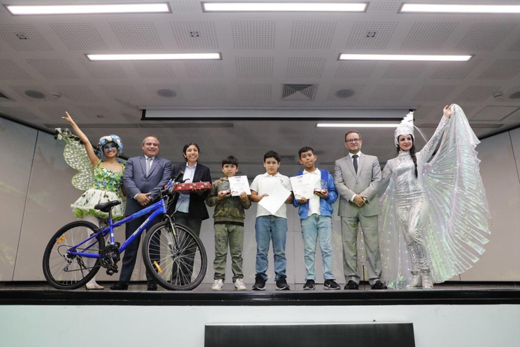 En la ceremonia de premiación, el titular del Ministerio de Comercio Exterior y Turismo, Edgar Vásquez, destacó que en el presente año participaron más de 1 700 escolares de 4to, 5to y 6to de primaria de todo el país.. Foto: Mincetur