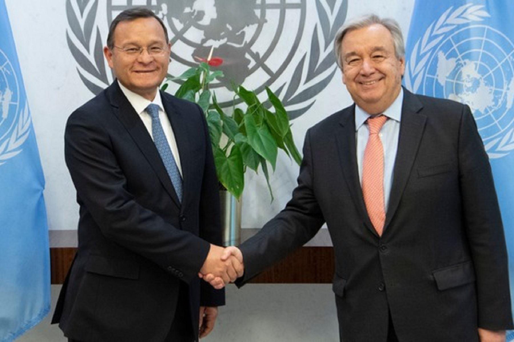 Embajador Néstor Popolizio, representante permanente del Perú ante la ONU y el secretario general de dicho organismo, Antonio Guterres. Foto: Difusión.