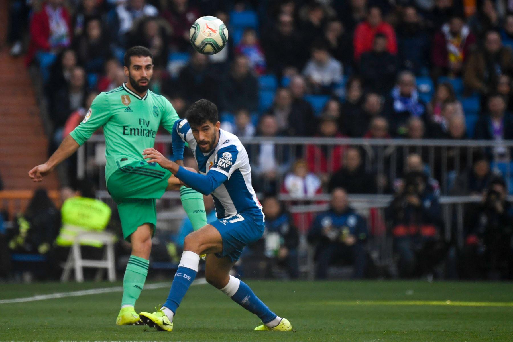 El defensor español del Real Madrid Dani Carvajal  compite con el defensor español del Espanyol Didac Vila durante el partido de fútbol de la Liga española entre el Real Real Madrid CF y el RCD Espanyol. Foto: AFP