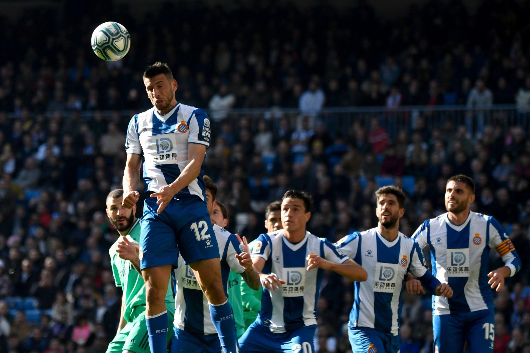 El delantero argentino del Espanyol Jonathan Calleri encabeza el balón durante el partido de fútbol de la Liga española entre el Real Real Madrid CF y el RCD Espanyol. Foto: AFP