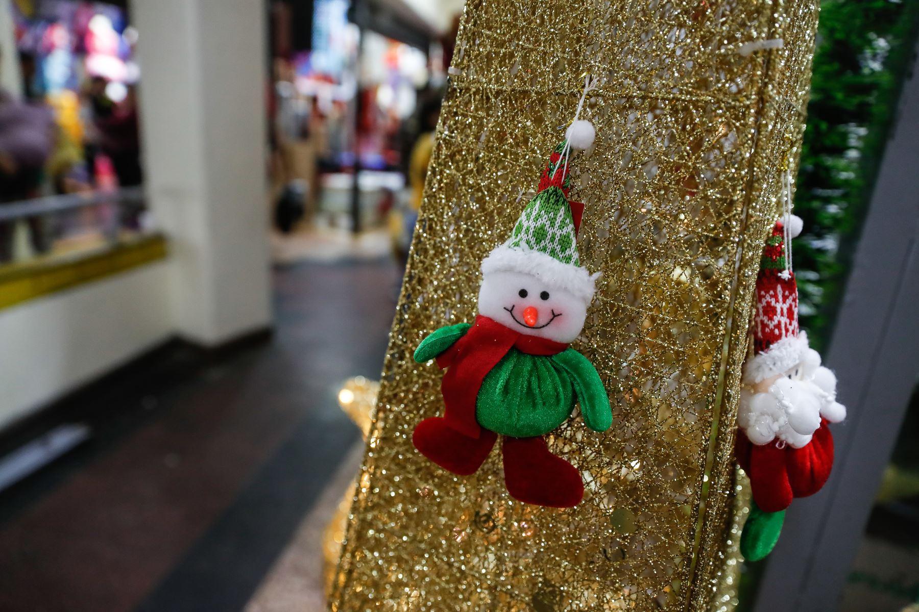 Limeños ya viven el ambiente navideño en Mesa Redonda. Foto: ANDINA/Renato Pajuelo