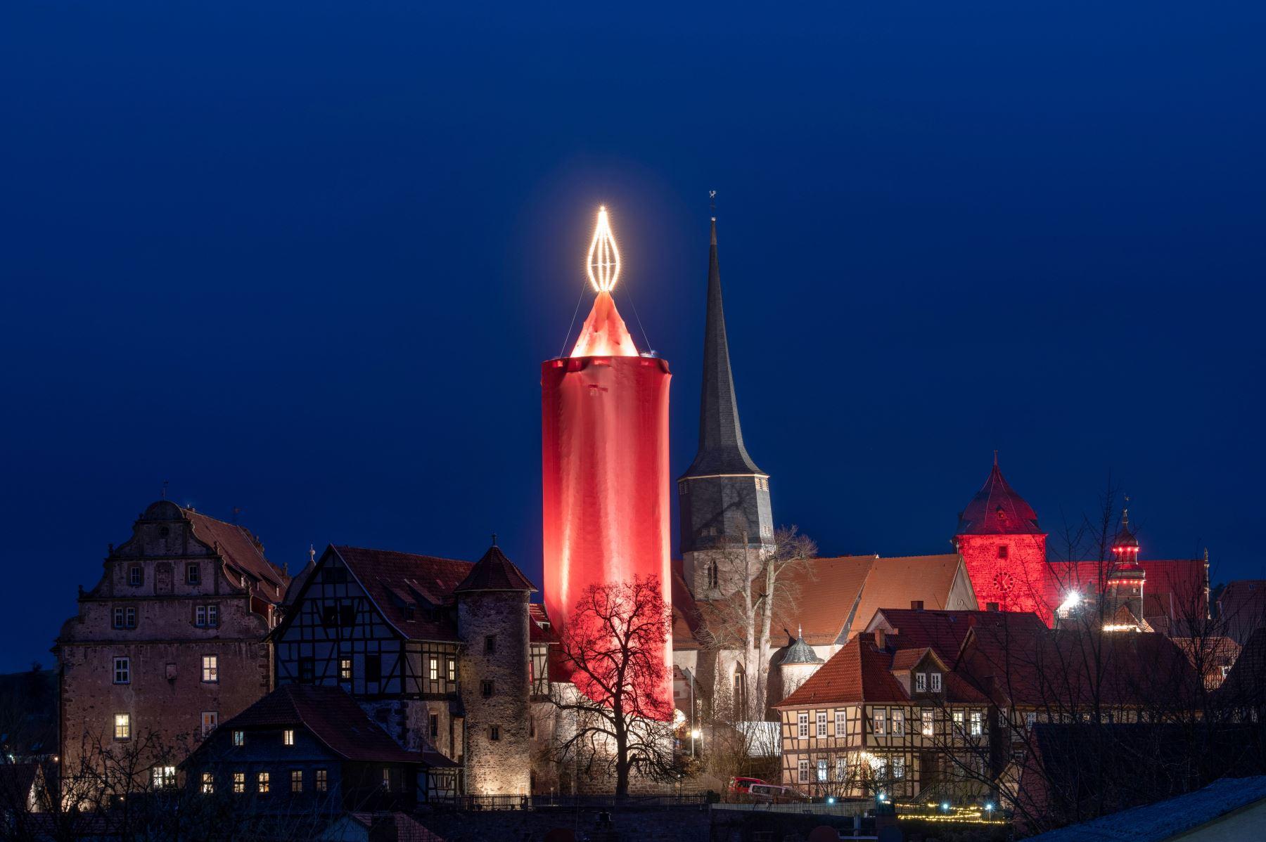 Una torre hecha como una vela gigante en Schlitz, Alemania central, como parte de las celebraciones navideñas. Foto: AFP
