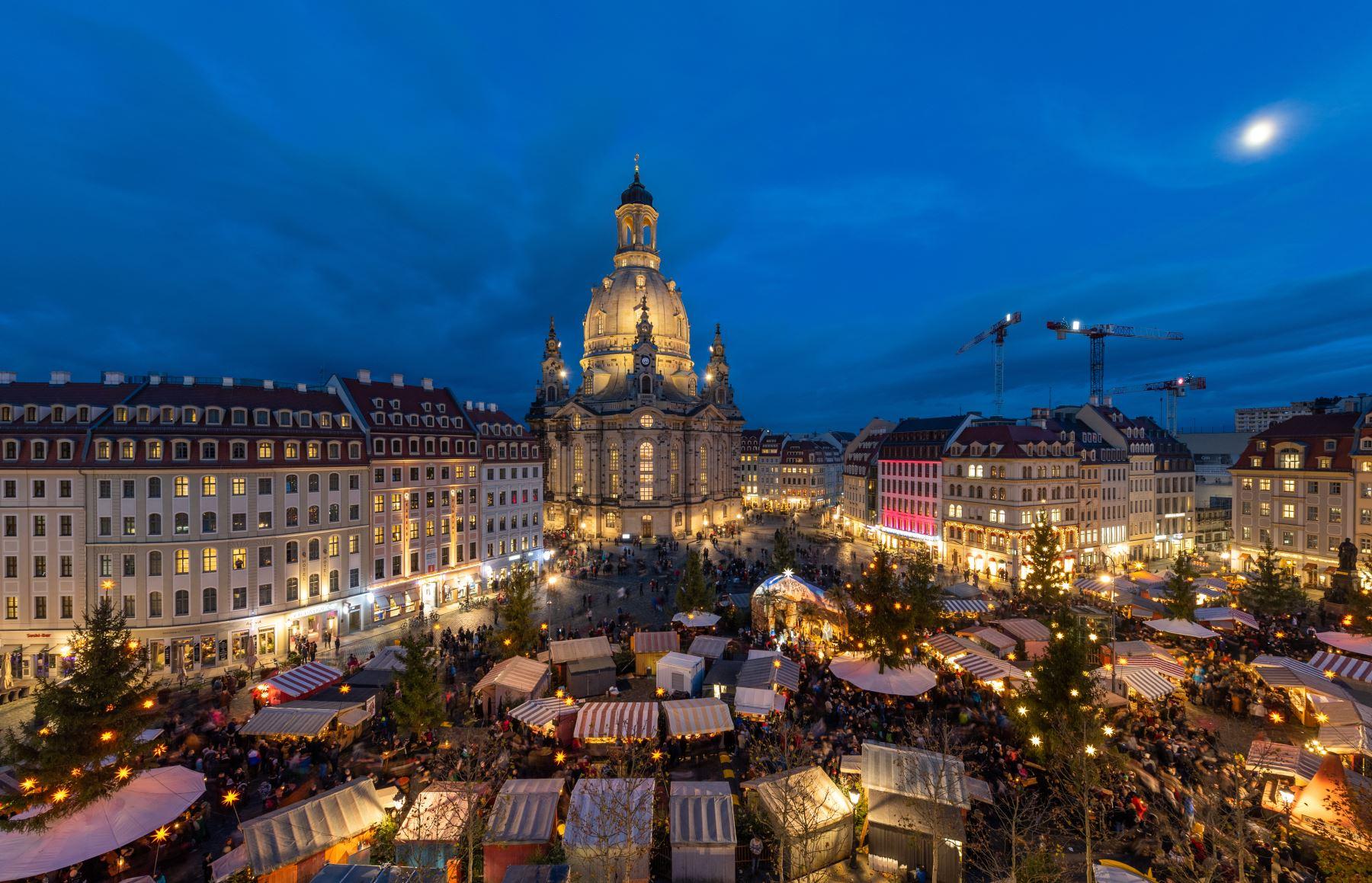 La iluminada Frauenkirche (Iglesia de Nuestra Señora) se puede ver en la plaza Neumarkt mientras los visitantes se agolpan en el tradicional mercado navideño en Dresden, Alemania oriental. Foto: AFP
