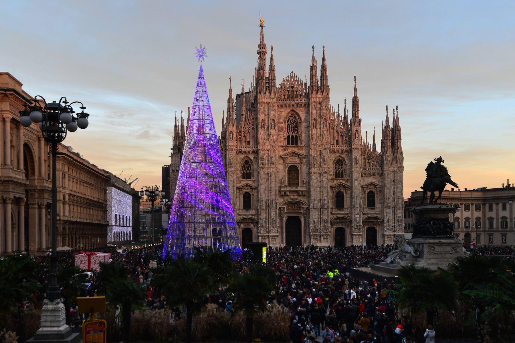 Las personas se reúnen junto a un árbol de Navidad gigante y ligero en la Plazza del Duomo de Milán-Italia. Foto: AFP