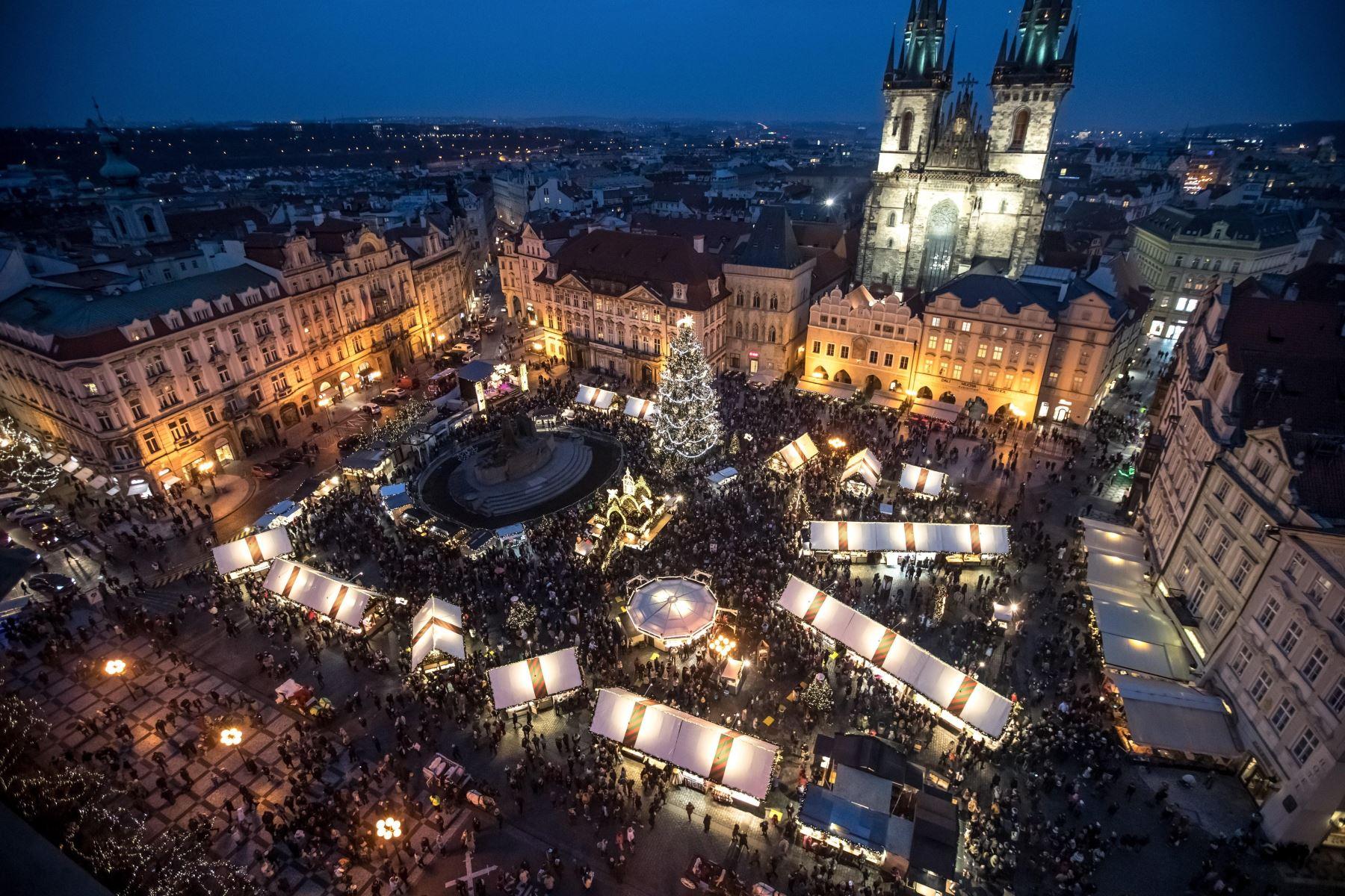 Vista general de la Plaza de la Ciudad Vieja con el mercado navideño instalado, en Praga (República Checa) Foto: EFE