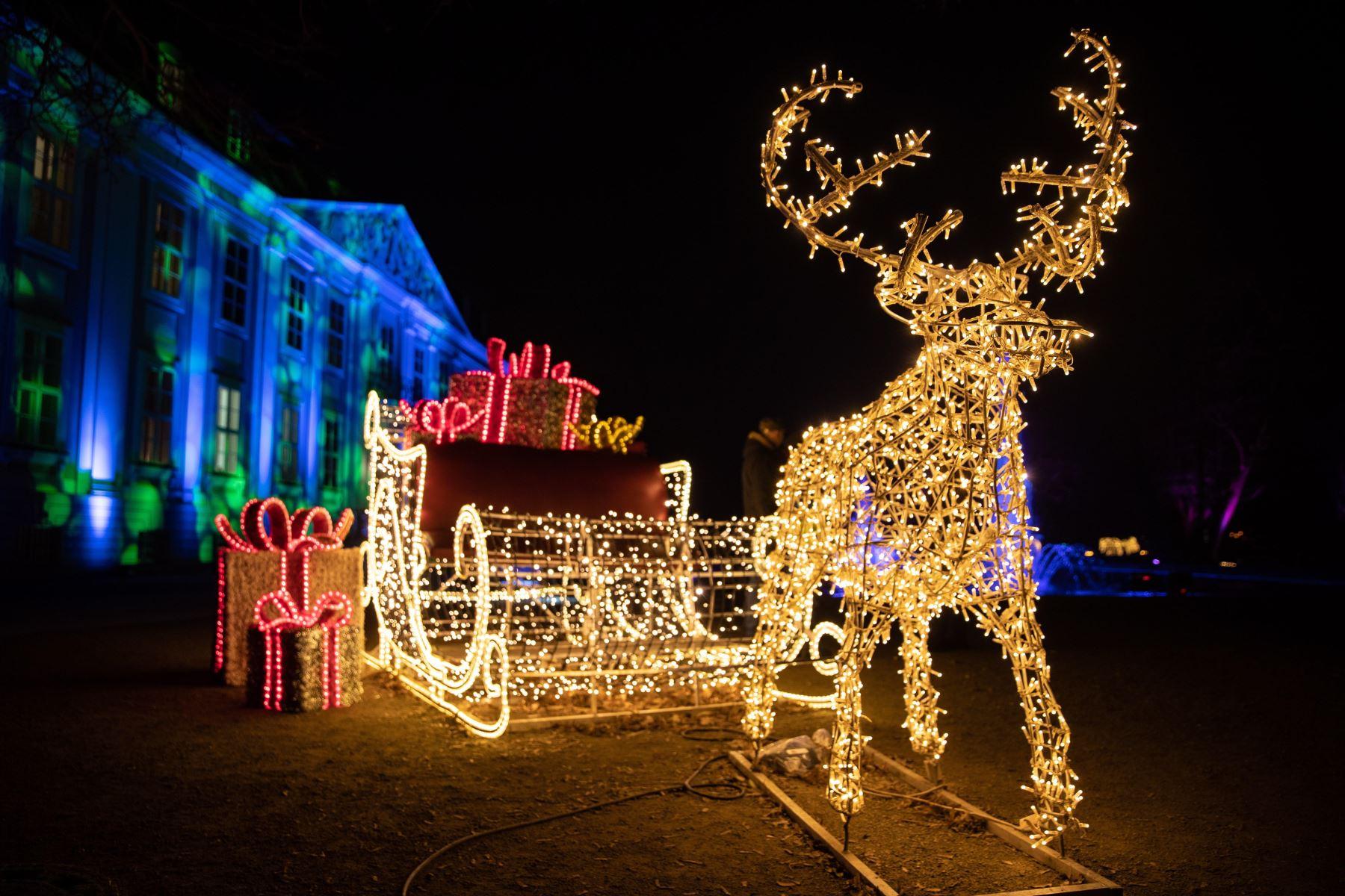 Vista de la instalación navideña iluminada frente al palacio Friedrichsfelde de Berlín (Alemania). Foto: EFE