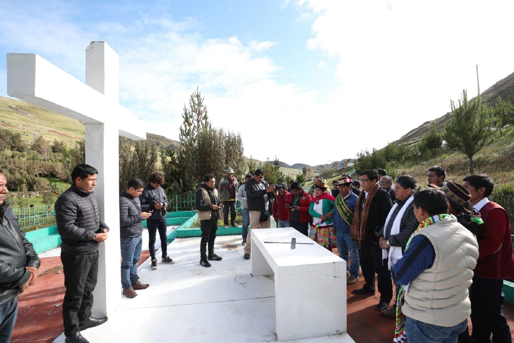 Jefe del Consejo de Ministros, Vicente Zeballos, en Uchuraccay, Ayacucho. Foto: Difusión.