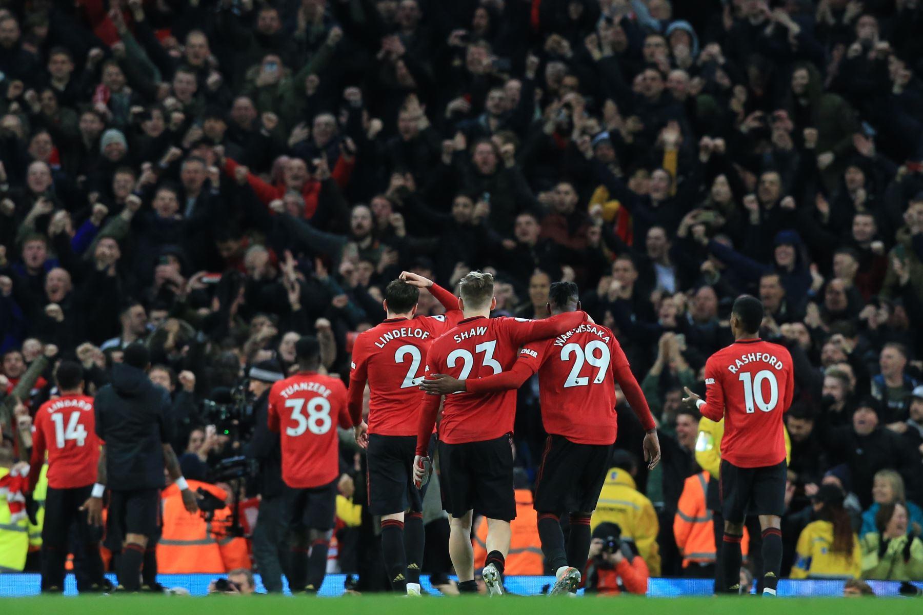 Los jugadores del Manchester United saludan a la multitud después de ganar el partido de fútbol de la Premier League inglesa entre el Manchester City y el Manchester United. Foto: AFP