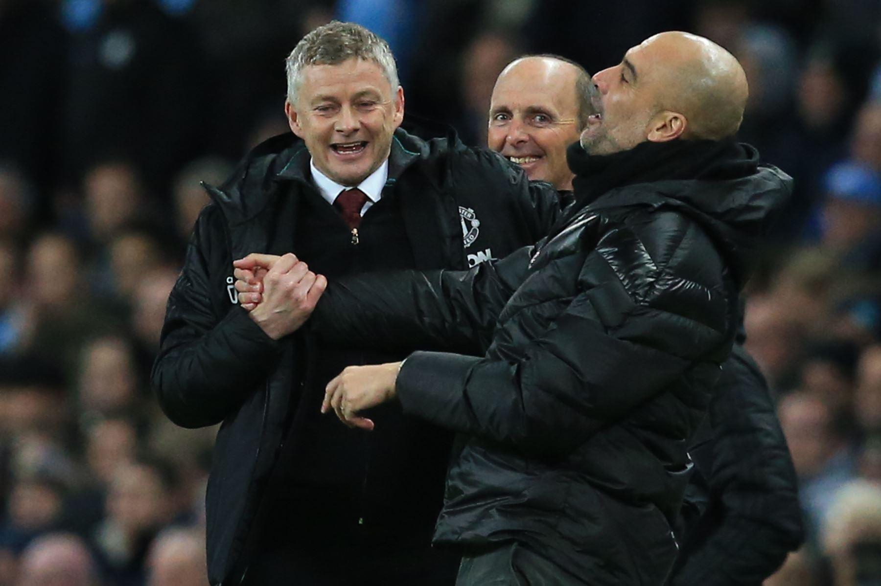 El manager noruego del Manchester United, Ole Gunnar Solskjaer , bromea con el manager español del Manchester City Pep Guardiola  durante el partido de fútbol de la Premier League inglesa entre el Manchester City y el Manchester United. Foto: AFP