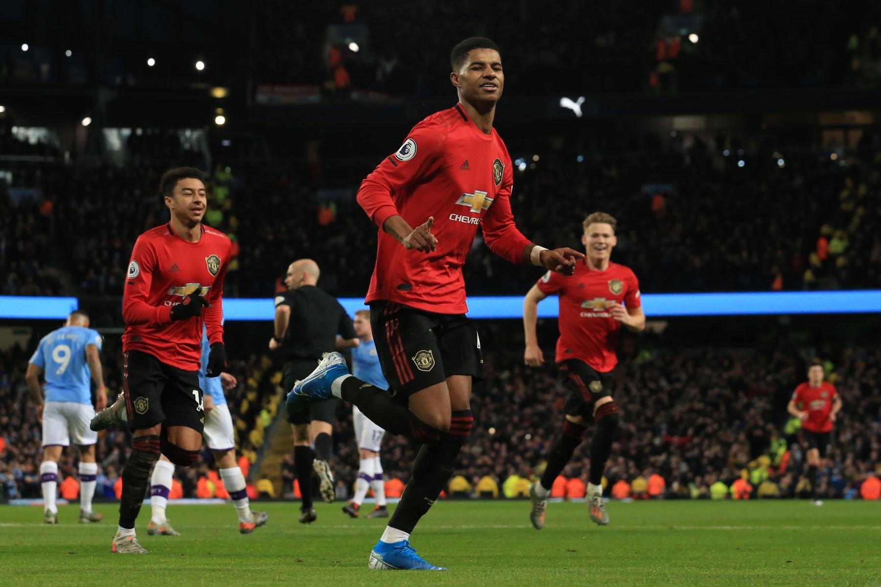 El delantero inglés del Manchester United Marcus Rashford celebra el gol de apertura desde el punto de penalti durante el partido de fútbol de la Premier League inglesa entre el Manchester City y el Manchester United. Foto: AFP