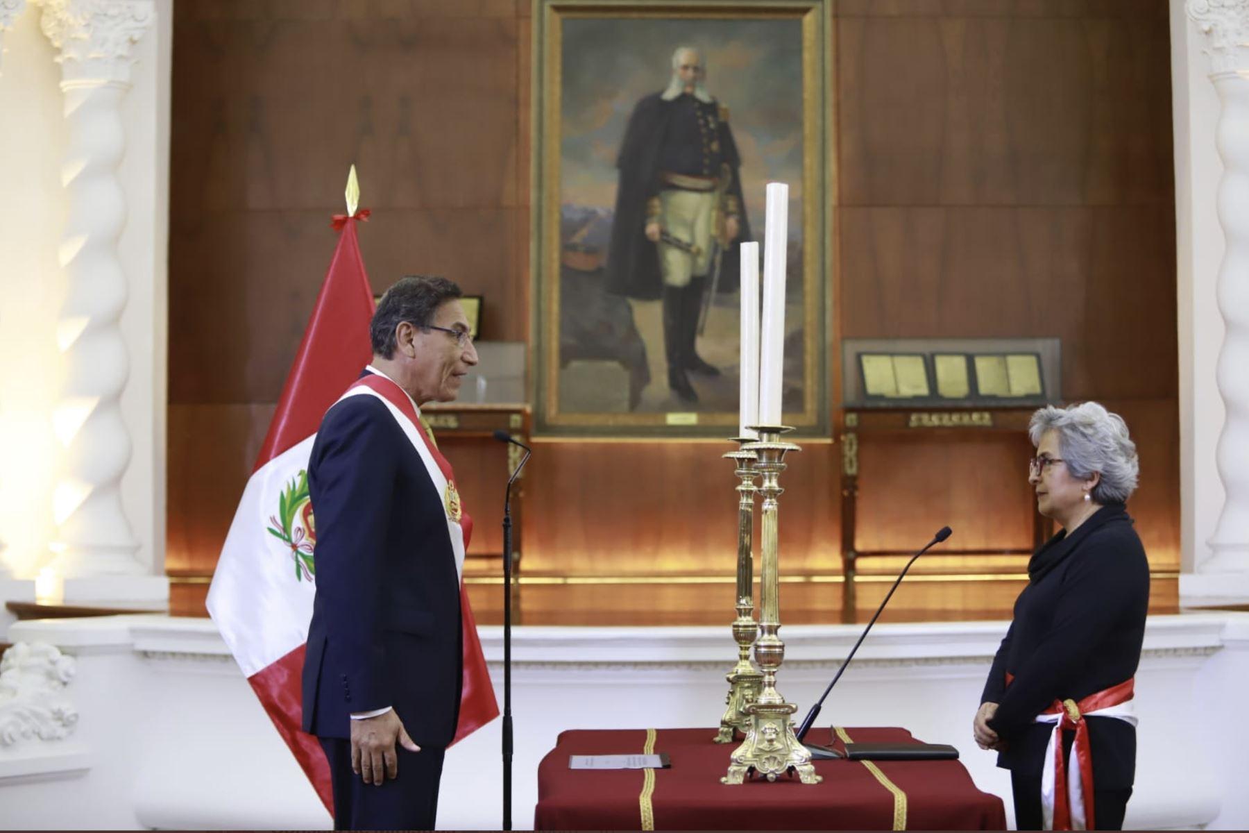 Presidente de la República, Martín Vizcarra juramenta a la nueva a Ministra de Cultura,Sonia Guillén. Foto: ANDINA/PCM