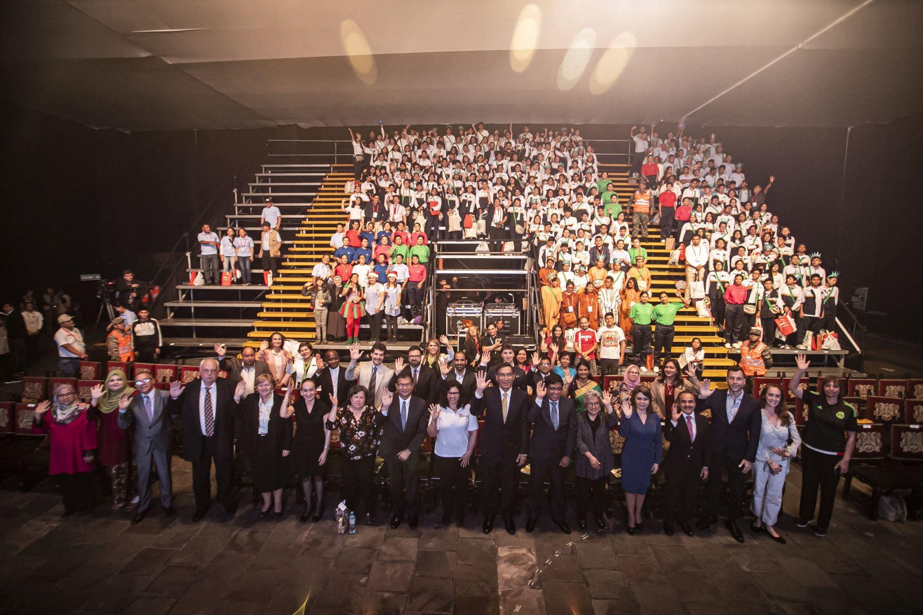 """El presidente Martín Vizcarra participó en la feria multisectorial """"Mundo de ilusiones"""", iniciativa que promueve cultura, conocimiento y el desarrollo de valores en niños y adolescentes en condición de vulnerabilidad.Foto: ANDINA/Prensa Presidencia"""
