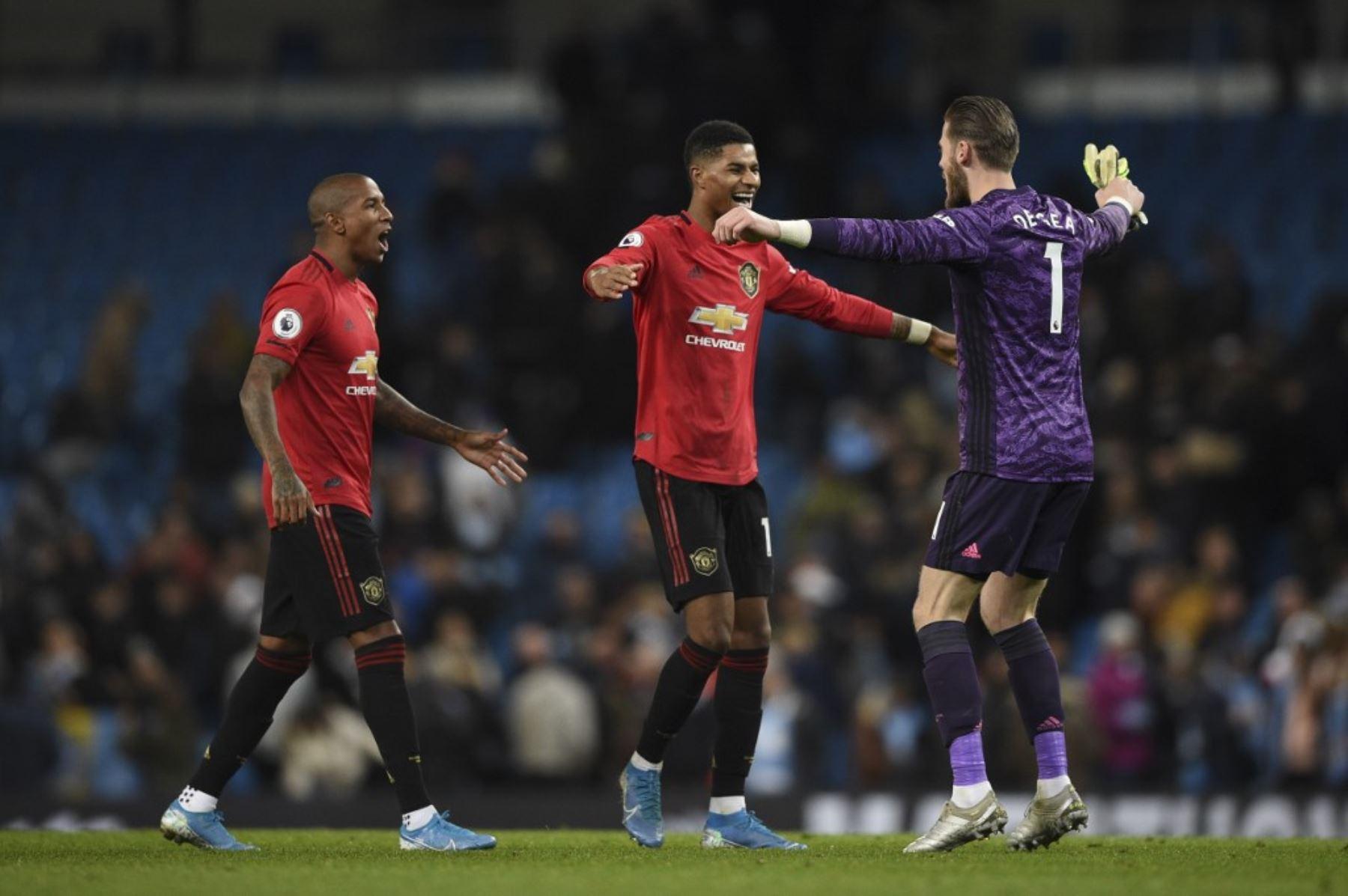 En el partido que enfrento a los Manchester hubo escenas descalificadoras en las tribunas