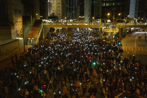 La gente participa en una manifestación a favor de la democracia en el Almirantazgo en Hong Kong. Foto: AFP