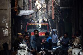 El incendio de una fábrica en Nueva Delhi, India, dejó al menos 43 muertos. Foto: AFP