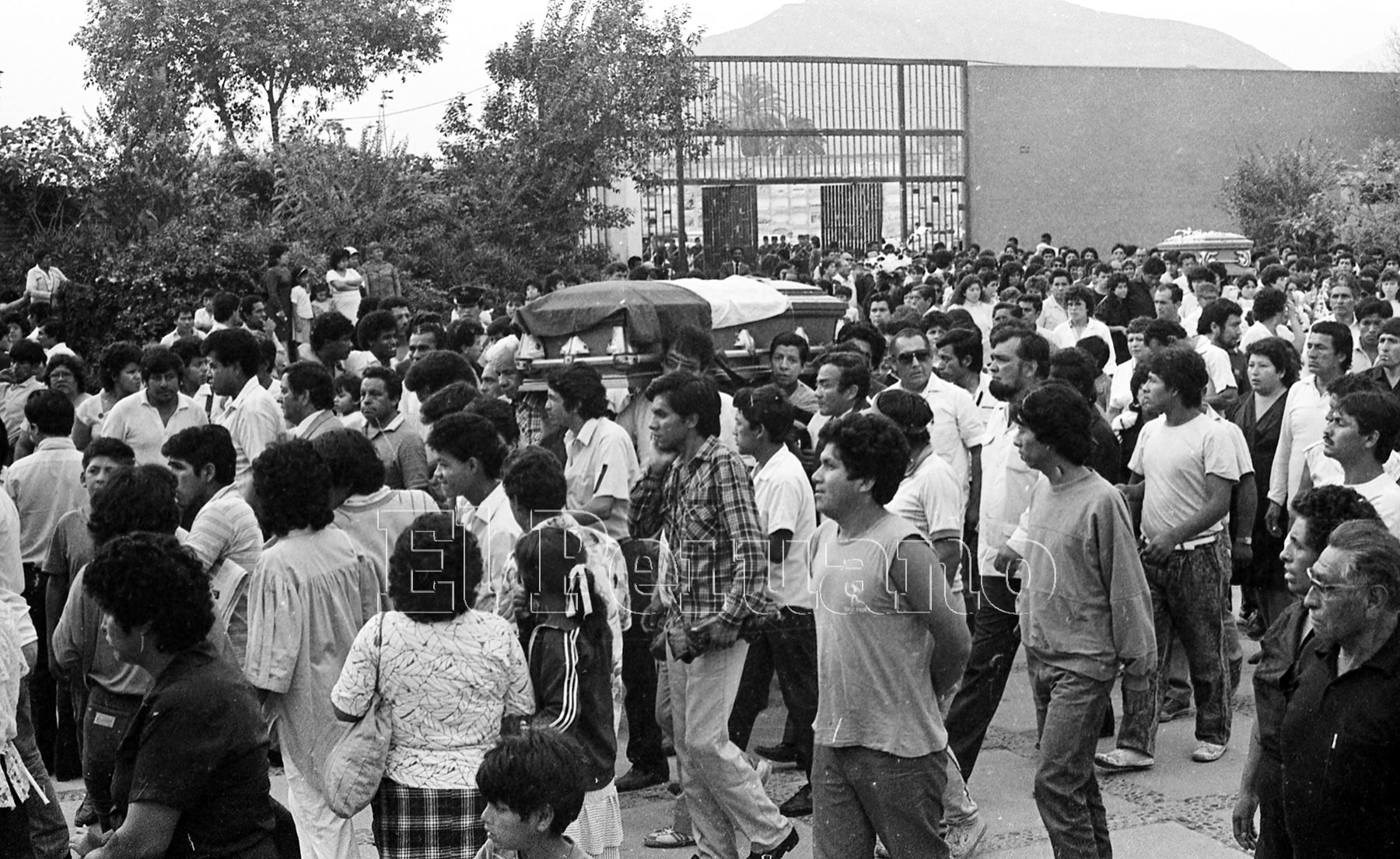 Lima - 11 diciembre 1987 / Entierro de los restos de los futbolistas de Alianza Lima muertos en la tragedia del Fokker.Lima .Foto:ANDINA