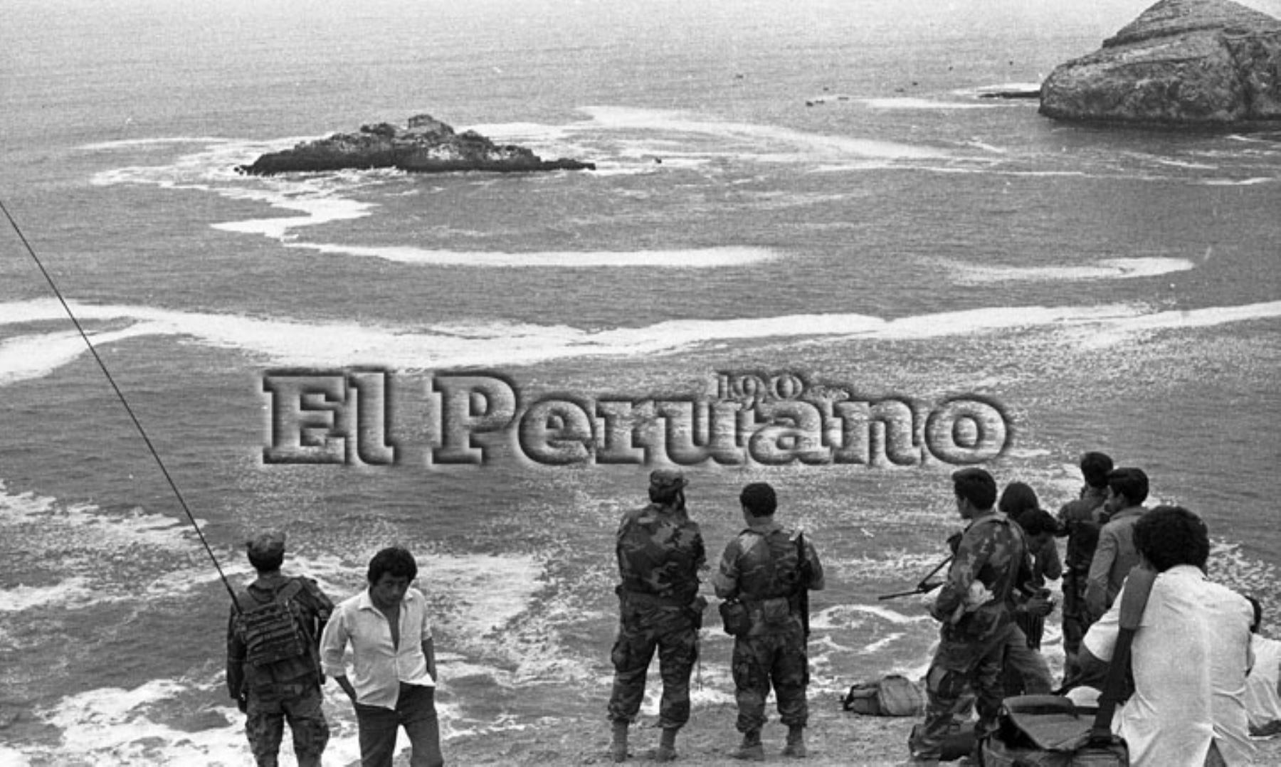 Callao - 9 diciembre 1987 / Efectivos de la Marina de Guerra del Perú inician las labores de rescate de las víctimas  del avión Fokker que trasladaba a los jugadores de Alianza Lima que cayó al mar de Ventanilla.  Foto: ARCHIVO HISTORICO DE EL PERUANO