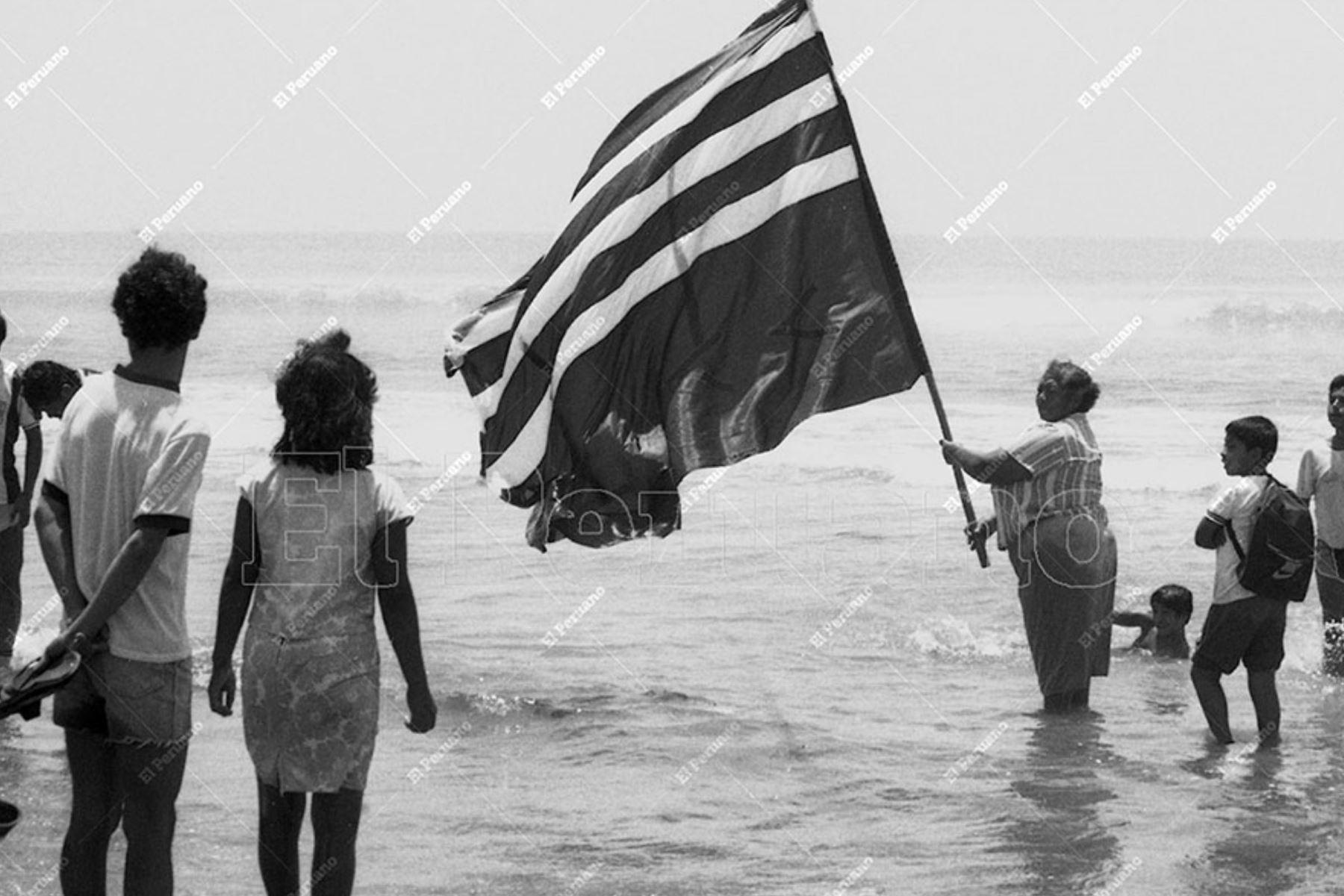 Callao - 9 diciembre 1987 / Familiares e hinchas llegan a la playa de Ventanilla, lugar donde cayó el avión Fokker que trasladaba a los jugadores de Alianza Lima.  Foto: ARCHIVO HISTORICO DE EL PERUANO