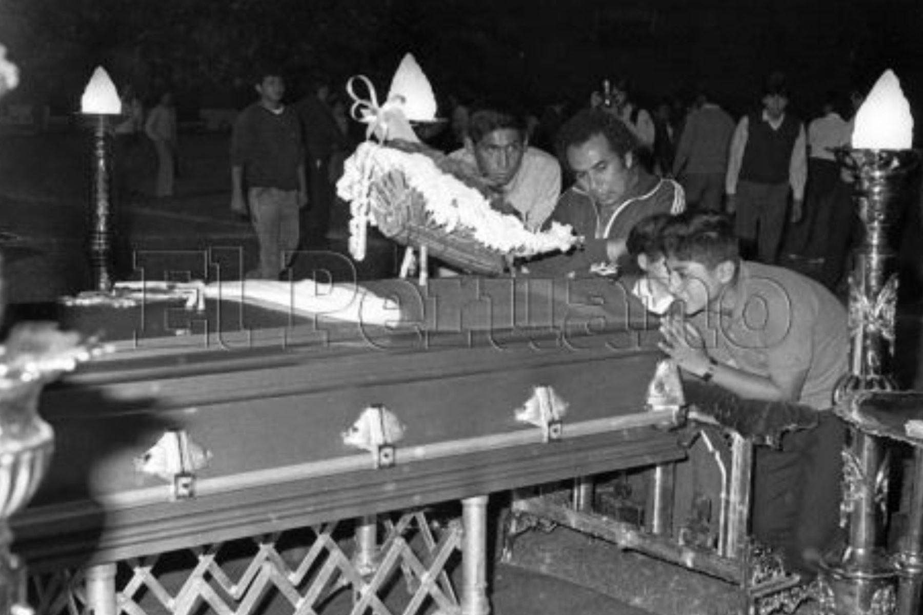 Callao - 9 diciembre 1987 / Hinchas dan el ultimo adiós  a jugadores de Alianza Lima, quienes fallecieron tras la caída del avión Fokker en el mar de Ventanilla. Foto: ARCHIVO HISTORICO DE EL PERUANO