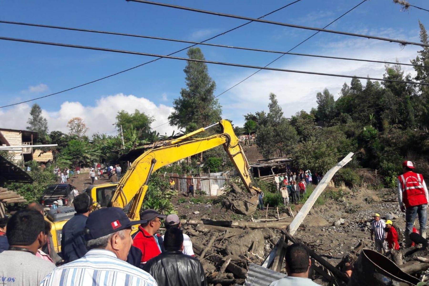 Con ayuda de maquinaria pesada se efectúan labores de limpieza en el distrito de Sóndor (Piura), donde en la víspera se activó y desbordó la quebrada Ongulo.
