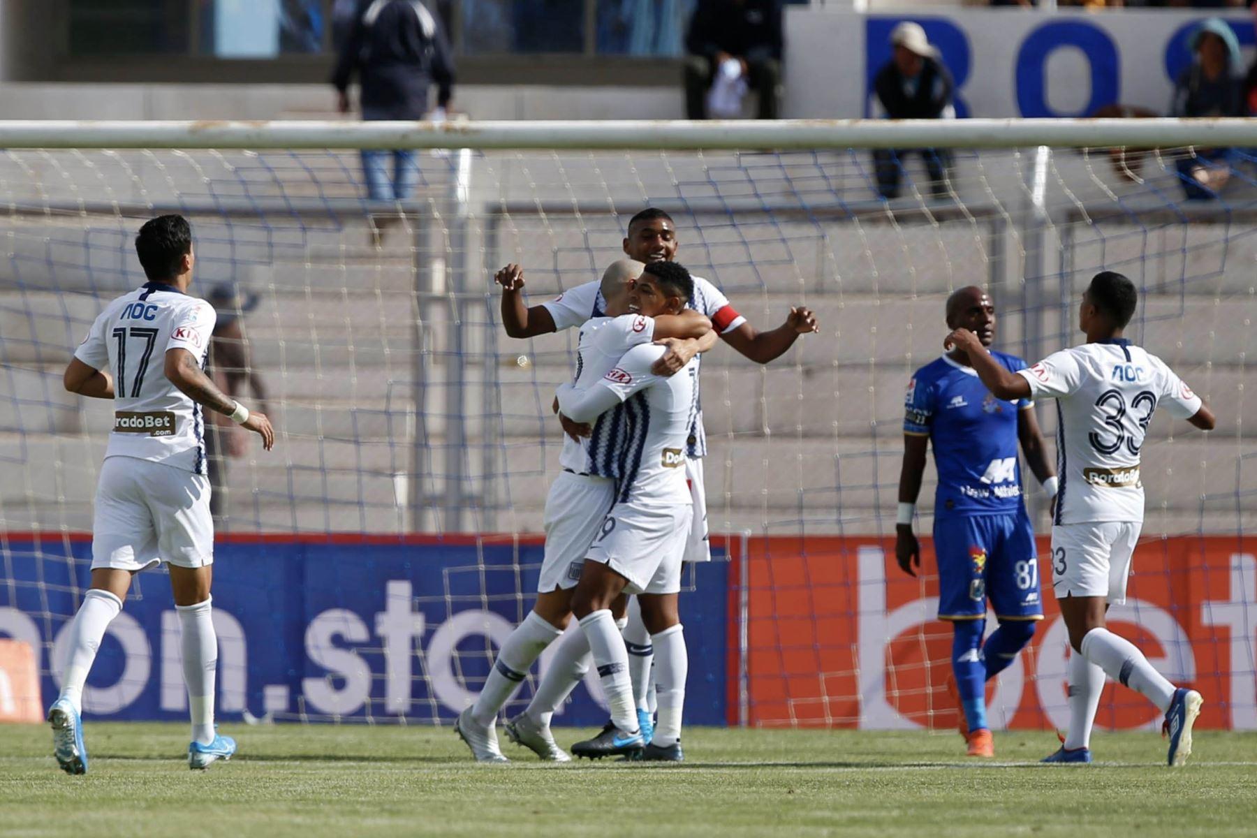 Federico Rodriguez y Kevin Quevedo de Alianza Lima celebran el gol ante Binacional en el partido de ida en la final del fútbol peruano por la Liga 1, en la ciudad de Juliaca – Puno. Foto: ANDINA/Carlos Lezama