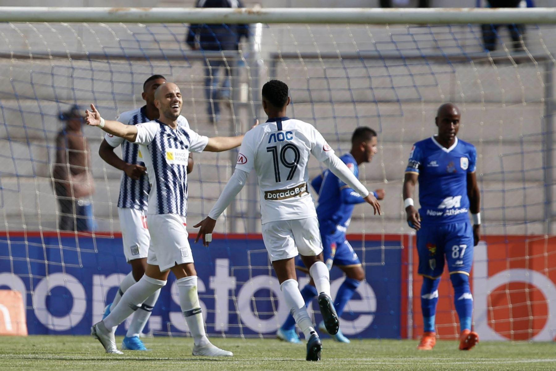 Federico Rodriguez y Wilder Cartagena de Alianza Lima celebran el gol ante Binacional en el partido de ida en la final del fútbol peruano por la Liga 1, en la ciudad de Juliaca – Puno. Foto: ANDINA/Carlos Lezama
