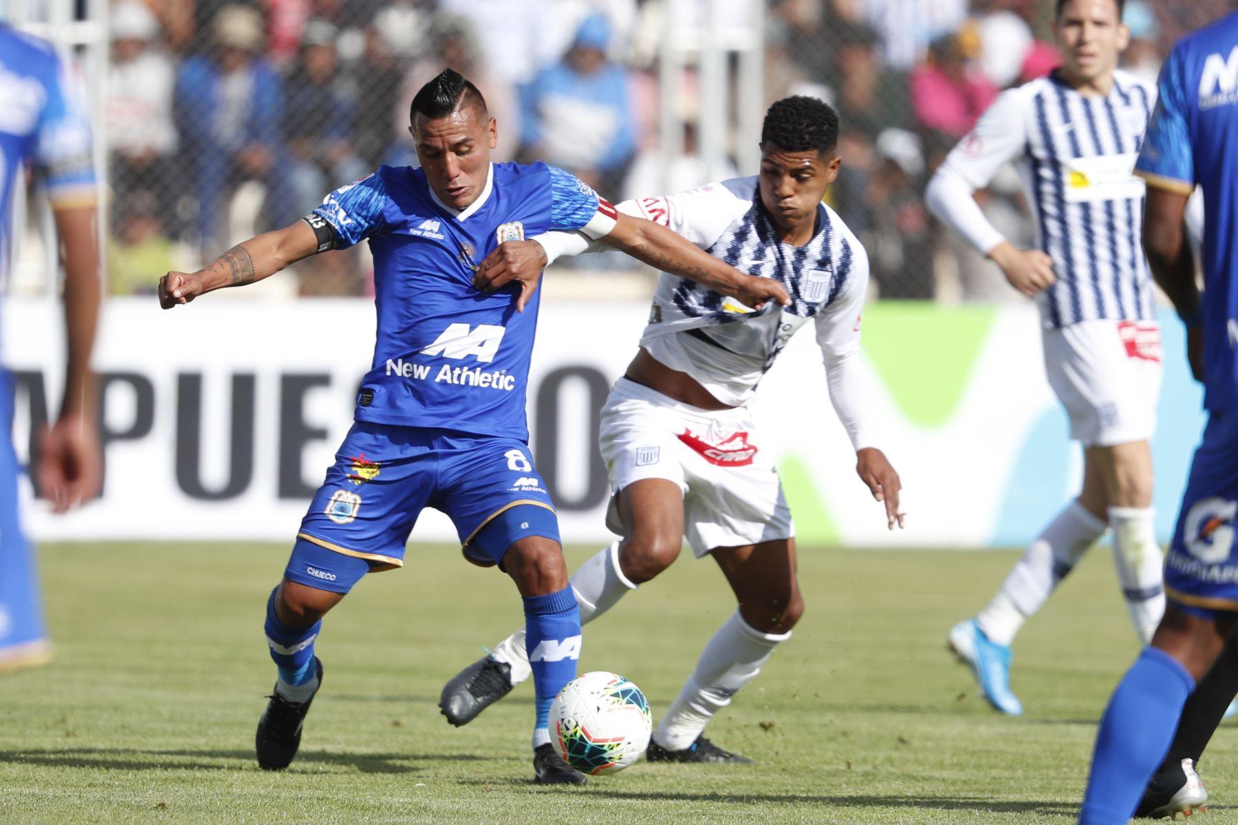 Alianza Lima vs Binacional en el partido de ida en la final del fútbol peruano por la Liga 1, en la ciudad de Juliaca – Puno. Foto: ANDINA/Carlos Lezama