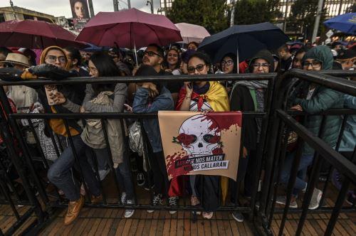 La gente asiste a un concierto organizado por músicos y artistas colombianos para apoyar las protestas contra el gobierno del presidente Iván Duque en Bogotá. Foto: AFP