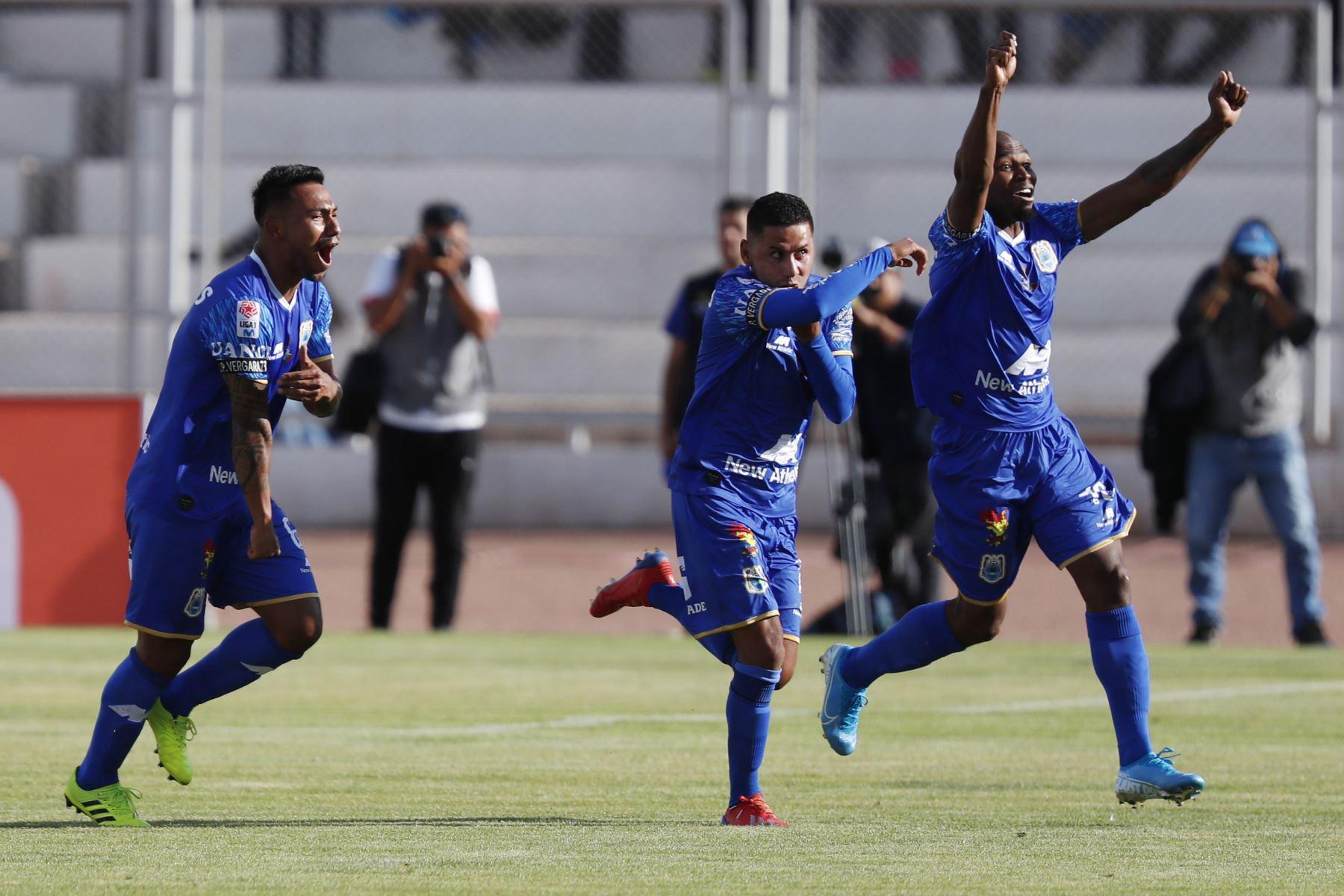 Jugadores de Binacional celebran el gol ante Alianza Lima en el partido de ida en la final del fútbol peruano por la Liga 1, en la ciudad de Juliaca – Puno. Foto: ANDINA/Carlos Lezama