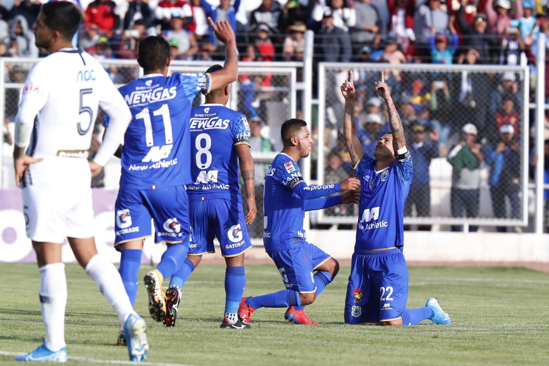 Donald Millán de  Binacional celebra el gol anotado ante Alianza Lima en el partido de ida en la final del fútbol peruano por la Liga 1, en la ciudad de Juliaca – Puno. Foto: ANDINA/Carlos Lezama